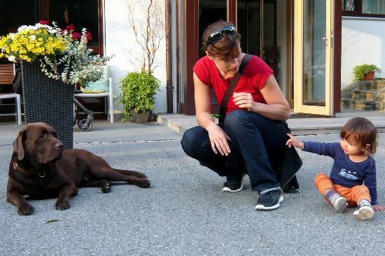 """Pension Valbella: Enkelkind Piya und James, der Hund des Hauses beim """"Beschnuppern"""""""