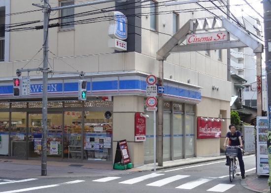 Hotel Rex Tachikawa : 入り口はローソンの横