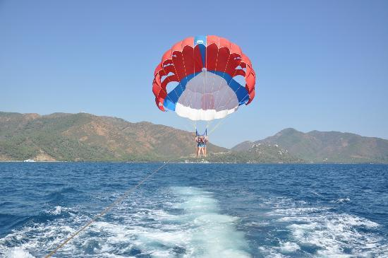 Malibu Beach Hotel: Me and Kims Parasailing right outside the hotel