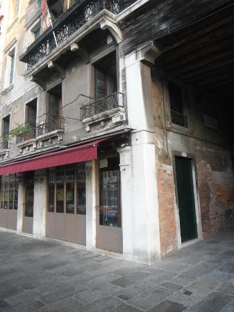 Casa Gottardi: Restaurant at the corner of Calle del Sturion