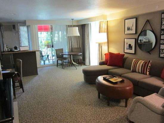 Le Parc Suite Hotel: Spacious Lounge Room