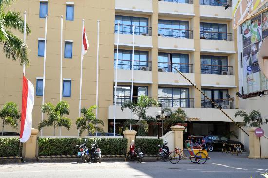 โรงแรมมากัสซาร์ โกลเด้น: Front of Hotel