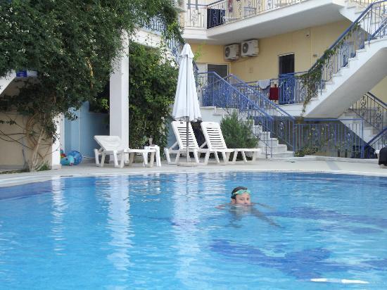 Stratos Hotel: piscina