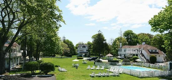 ShoreWay Acres Inn & Cape Cod Lodging: View of Grounds and Sea Captain's Houses