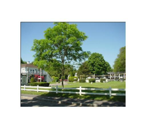 ShoreWay Acres Inn & Cape Cod Lodging: View of Main Gate from Shore Street