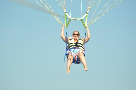 โรงแรมมาลิบู บีช: kims parasailing