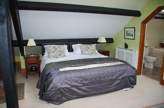 Ivythwaite Lodge hotel: Large bed