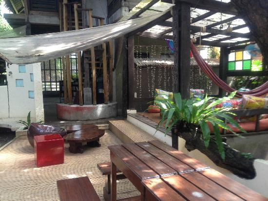 Lazy Dog Bed & Breakfast: Open air lounge