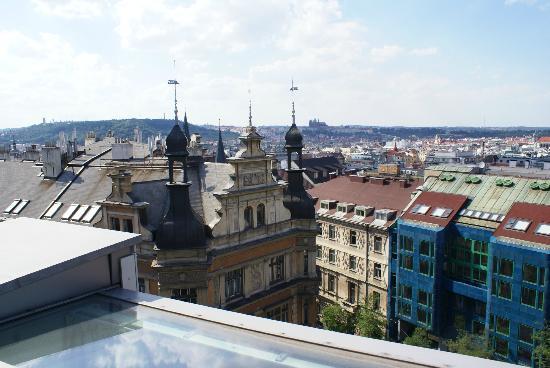 Ankora: voor de deur van het hotel, genomen vanaf het dakterras.