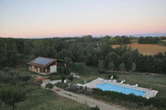 Cascina Papa Mora: la vista dalla mia camera, con il maneggio e la piscina