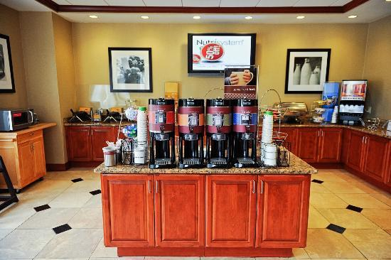 Hampton Inn & Suites Knoxville - Downtown : Beautiful clean breakfast area!!