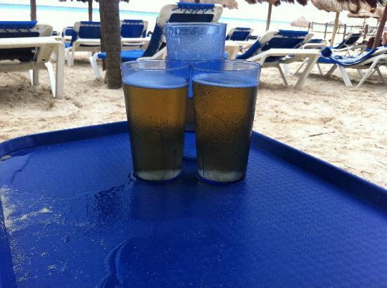Viva Wyndham Azteca: Cerveza en vasos de plástico, bébela rápido para que no se enfríe