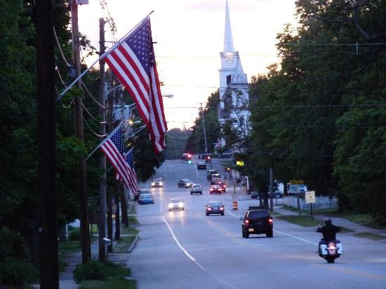 PineCrest Inn: Gorham at Dusk - South Street looking into the Village