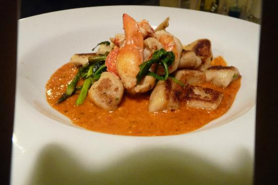 PineCrest Inn: Fresh Maine Lobster with Hand Rolled Gnocci