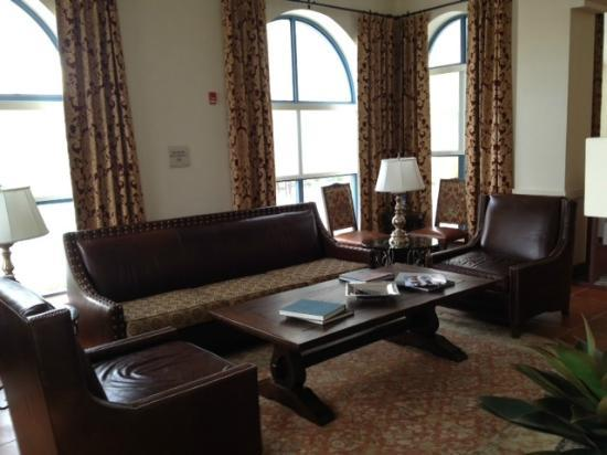 Hilton Garden Inn Las Cruces: Back lounge area with very comfy chairs