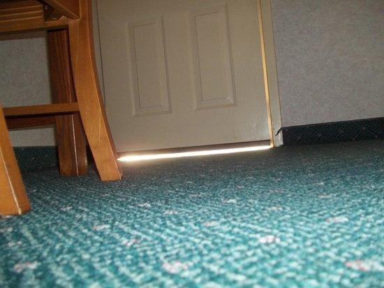 The Guest Lodge Gainesville : no door sweep