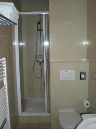 Hotel Pav: Bagno con doccia