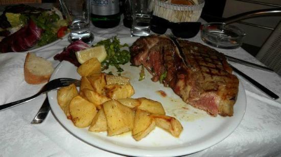 il carnezziere: Fiorentina da 1 Kg con contorno di patate al forno
