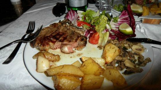 il carnezziere: Piatto unico formato da costata, patate al forno, funghi trifolati e insalata