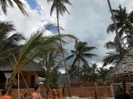 VOI Kiwengwa Resort: Le costanti nubi sul villaggio