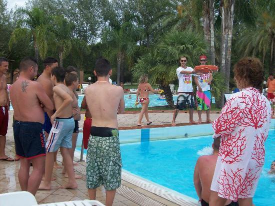 Villaggio Torre del Faro: Il capo animatore Niccolò durante il gioco piscina