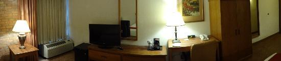 Holiday Inn Express San Antonio Airport: Desk, TV & fridge