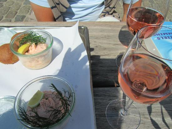 Toldboden: Salmon tartar with bread and Rose