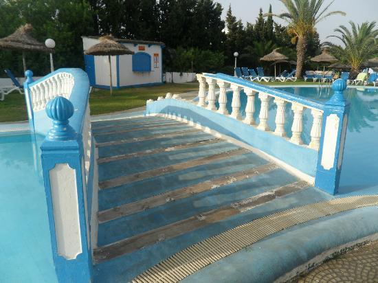 Kinza Hotel : pont cassé de la piscine (ouf pas de blessé)