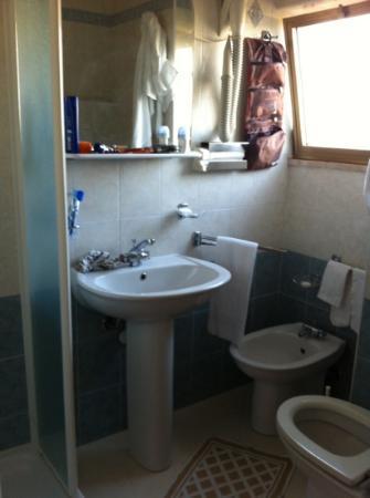 Hotel Citti: bagno con box doccia con ampia finestra