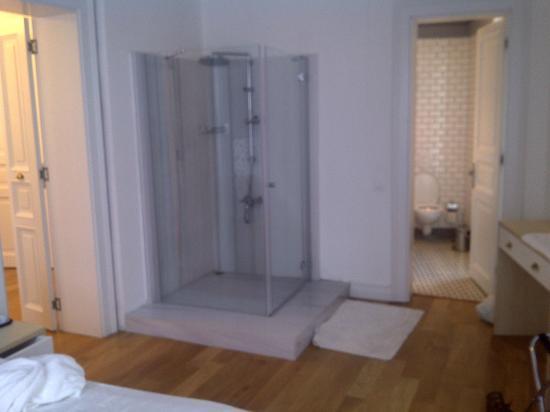 ODDA Hotel: shower cabin inside bedroom