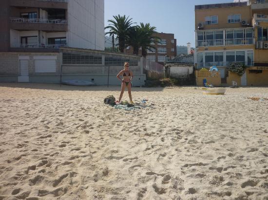 Hotel Loureiro: La playa con el hotel (en amarillo) detrás
