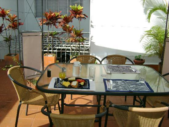 Casa Estudio Su Casa Colombia: Lovely outdoor seating area to enjoy the cool mountain breezes :)