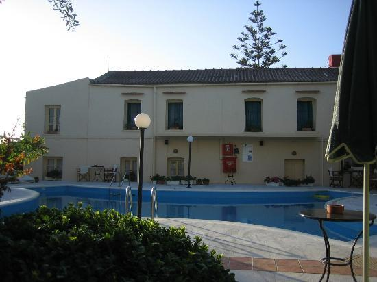 Hotel Orestis: Pool area, the Villa in the background