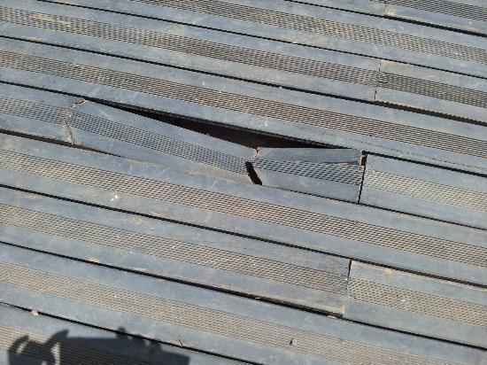 Palais Soltan Riad & Spa : sol de la terrasse sans danger