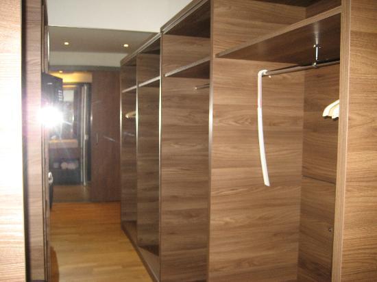 Hotel Ratisbona: Begehbare Garderobe