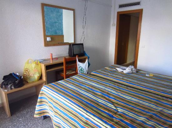 Gran Hotel Don Juan: chambre trés trés simple , sans lit double