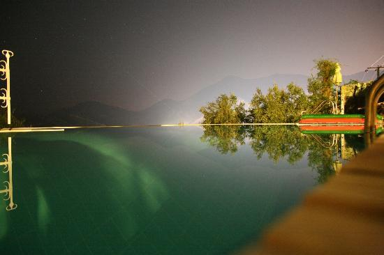 Beyaz Yunus Hotel: the infinity pool at night!!