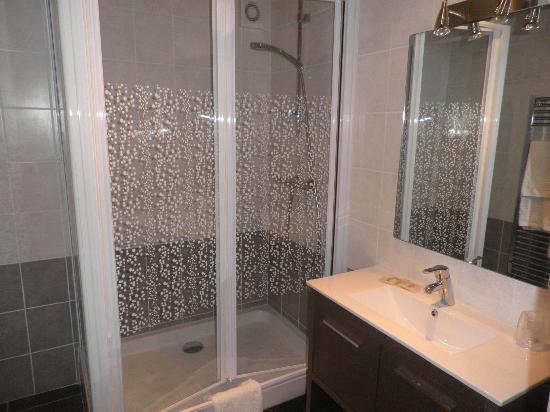 HOTEL DU COMMERCE: salle de bain