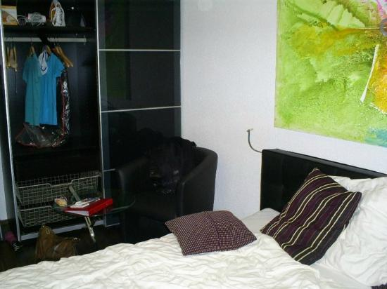 Gertrudstrasse Guesthouse: Modern decor, bed and coffee table, large wardrobe