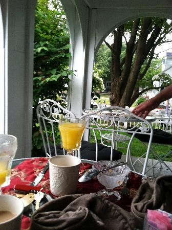 Hartwell House Inn: Breakfast on front porch