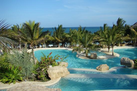 Swahili Beach Resort: pool+beach