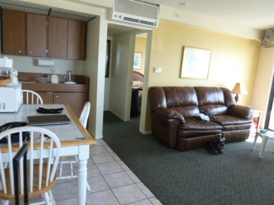 Edgewater Inn & Suites: living/kitchen area