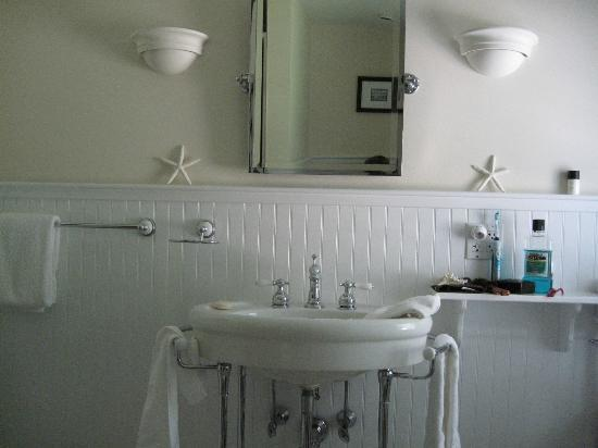 A Little Inn on Pleasant Bay: Our pretty white bathroom