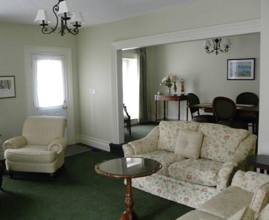 Claramount Inn & Spa: Claraview Cottage LIving Room