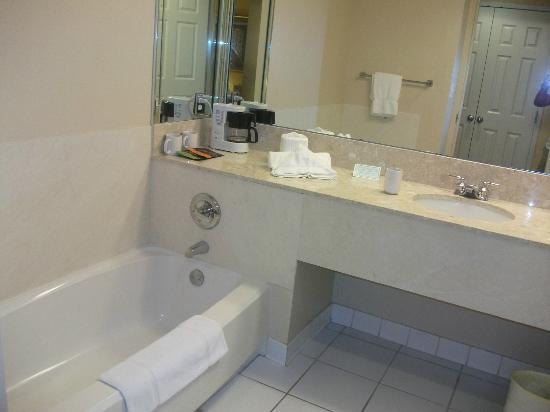 Trianon Bonita Bay: bathtub separate from shower