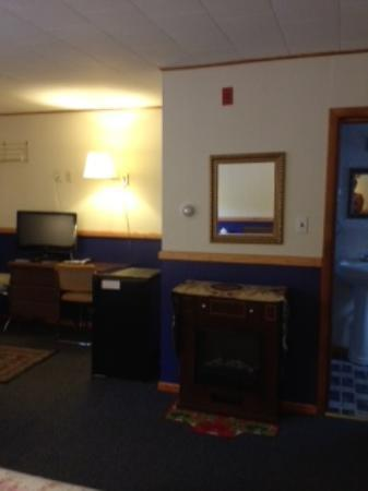 Magic View Motel: fire place and tv