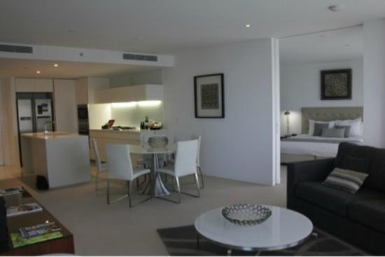 Peppers Broadbeach: Kitchen and Dining
