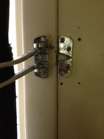 Super 8 Walterboro: broken lock no biggie, bottom lock works just fine