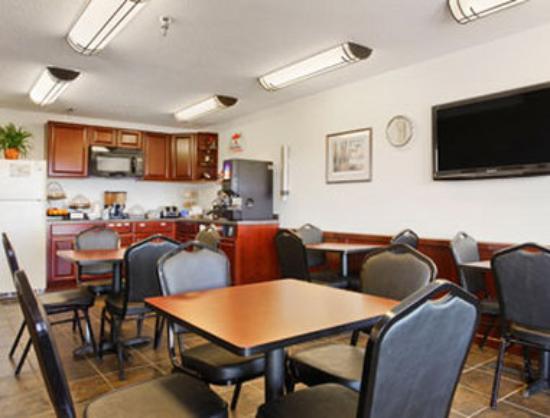 Super 8 Perham : Breakfast Area