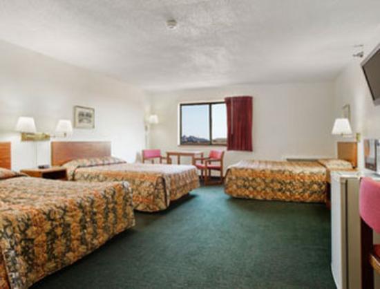 Super 8 Perham : Three Queen Bed Suite